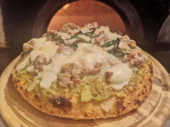 Pizza al tegamino con crema di broccoli, salsiscia e provola.