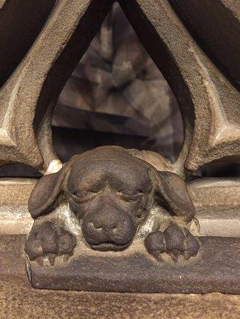 Le petit chien sur la rampe des escaliers de la chaire