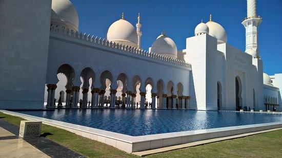 Crea il tuo tour privato di 4 ore della città di Abu Dhabi: Die Sheik Zayed Grand Moschee ist überaus beeindruckend