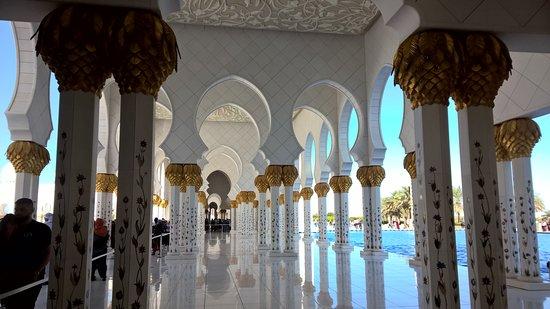 Crea il tuo tour privato di 4 ore della città di Abu Dhabi: Die endlosen, herrlichen Säulengänge