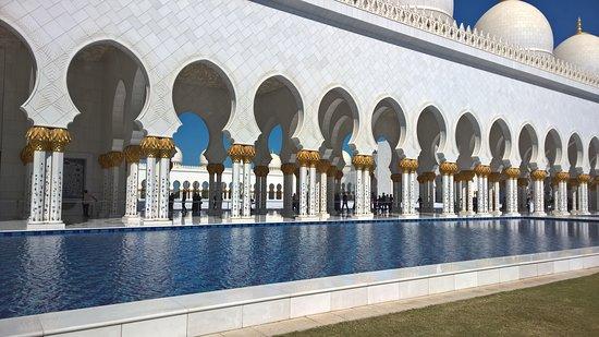 Crea il tuo tour privato di 4 ore della città di Abu Dhabi: Moschee und Wasser als bauliche Ergänzung.