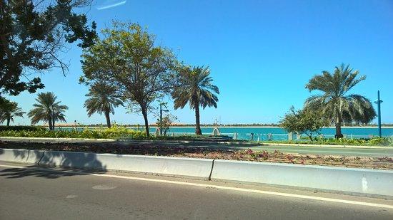 Crea il tuo tour privato di 4 ore della città di Abu Dhabi: Fahrt entlang der Corniche