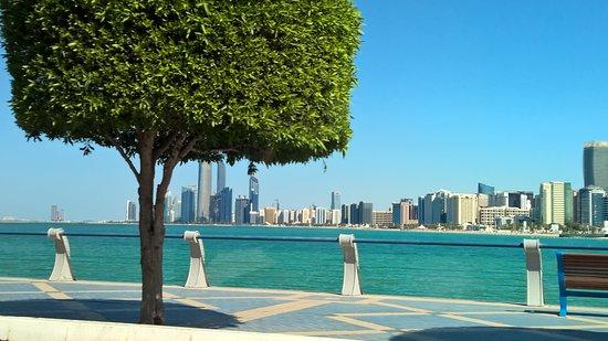 Crea il tuo tour privato di 4 ore della città di Abu Dhabi: Reizende Perspektiven zur Skyline.