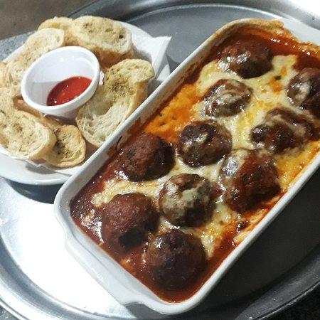 Porpeta caseira ao molho sugo...gratinada com queijo e ainda acompanha um torradinha excelente.  #petiscariabrothers.