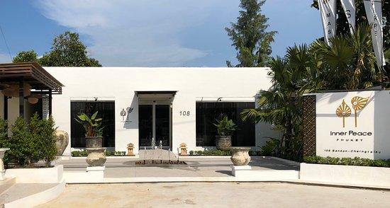 Choeng Thale, Tajlandia: Main view and outside main road of Bandon-Cherngtalay (opposite Porto De Phuket)