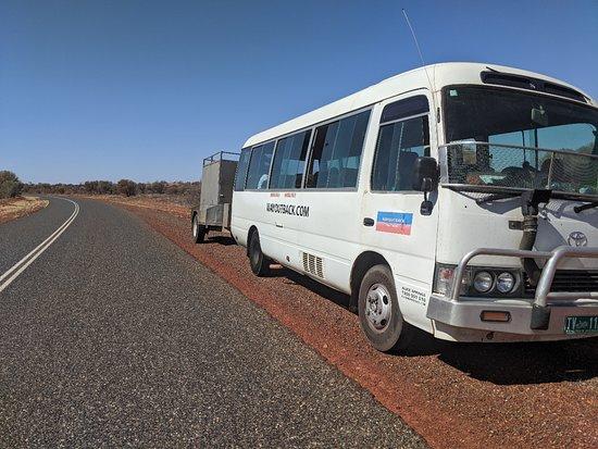 3-tägige Red Centre Camping-Safari ab Alice Springs oder Ayers Rock: Wayoutback bus.