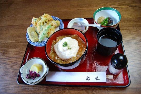 鯛の漬け丼にとろろが掛かっている。上げ具合が最高の天ぷら。輪を感じる煮物。程よい香の物。お椀・デザート。