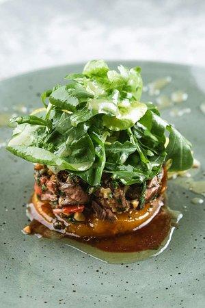 Теплый салат из телятины и запечённой в пряном маринаде тыквы с грецкими орехами, вялеными томатами и листьями кориандра