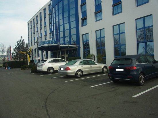 Bindlach, Deutschland: Parkplätze vor dem Hotel
