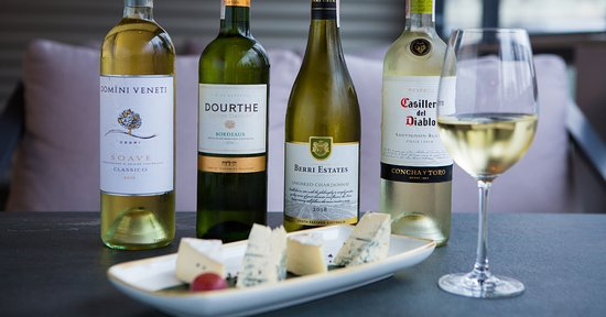 Закажите бутылку вина на выбор и мы угостим Вас сыром