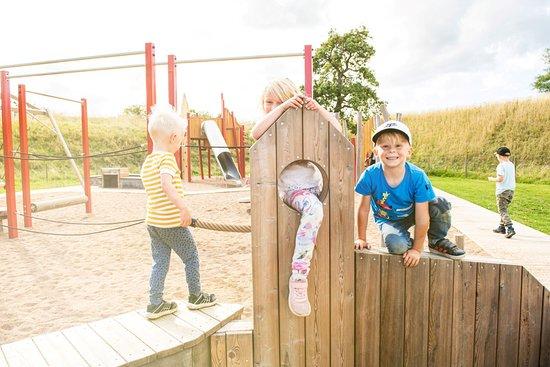 Landskrona Municipality, Suecia: Medeltida inspirerande lekpark inne på Citadellområdet.  Foto: David Elg Moob Agency