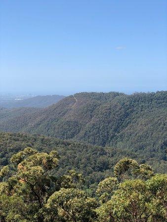 مطل رائع في أعلى الجبل حيث تشاهد البحيرة يصب بها الشلال ولكن يزيد جماله عند هطول الامطار حيث تحيط به الغابه الخضراء وهناك اماكن وطرق للتجول والمشي في المكان