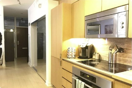 Best townhouse in Toronto Ontario, best for group Travelers , group of friends, family and big group. Downtown, near to restaurants, CN TOWER and many more