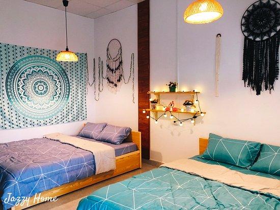 Jazzy Home- phòng 2 giường 1m6-dành cho 4-6 thành viên-toilet trong phòng- view trước phòng là sảnh chung thung lũng.