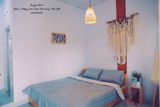 Jazzy Two- phòng 2 thành viên-giường 1m6-toilet trong-view trước phòng là sảnh chung thung lũng.