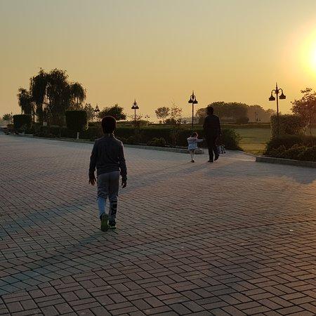אסלאמאבאד, פקיסטן: Lake View Park (Rawal Lake)  A perfect place for a stroll and enjoying sunset in Islamabad. Beautiful promenade and can get a bird eye view of the lake. Lots of entertainment for kids and adults that includes the largest bird cage in Pakistan. 