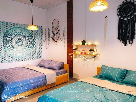 room jazzy Home- phòng dành cho 4-6 thành viên-toilet trong-view sảnh thung lũng.