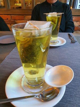 А это подача чая в ресторане Plavas
