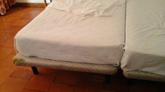 Séjour passé du 9 Septembre au 15 Septembre 2019 à l'hôtel Aldeia Abufeira Chambre très sale avec lit bon pour la poubelle  Cheveux d'anciens clients dans la salle de bain, porte d'entrée dont on voit le jour du couloir, serviettes de toilette non changées malgré qu'elles étaient mouillées et au sol, ramassées par la femme de ménage et pliées remis sur l'étagère . pour le buffet, manque d'hygiène et reste retrouvés au buffet suivant  Hôtel très bruyant, portes qui claquent à 4/5 heures du matin