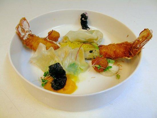 Gros poireau des sables brûlé, langoustines en momie de Kadaïf, ravioles d'huîtres et croûtons de foie gras. Velouté de butternut