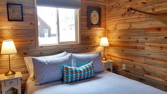 Queen beds with down comforter & pillows (down alternative available) in all cabins - Summer Cabin #2