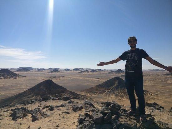Safari dans le désert noir et blanc, camping sous la lune : Black desert
