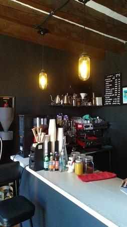 Barra de especialidad con variedad de granos tostados aquí mismo. Contamos con métodos y bebidas hechas a base de espresso.