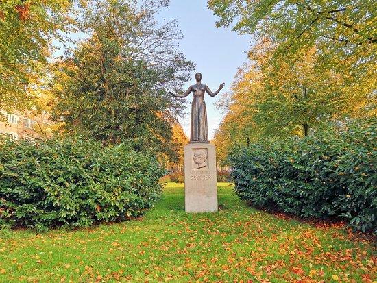 Standbeeld van Wilhelmina Drucker