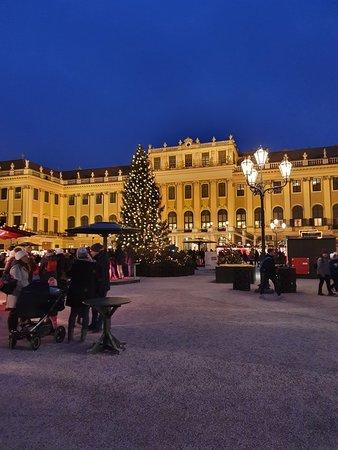 View of the market from the entrance during the day - Photo de Kultur und Weihnachtsmarkt Schloß Schönbrunn, Vienne - Tripadvisor