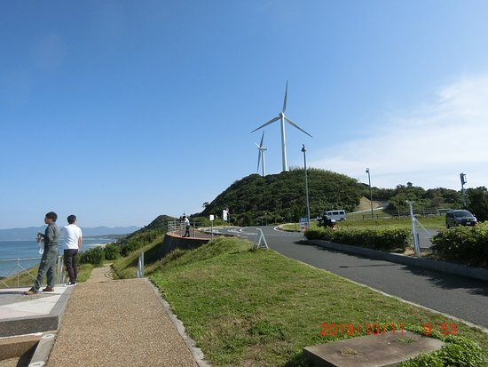 建物の向こうには、風力発電が多く動いてました。