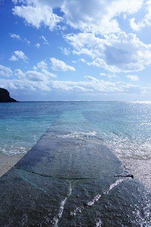 無人の美しいビーチです。