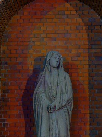 天主堂前の石像