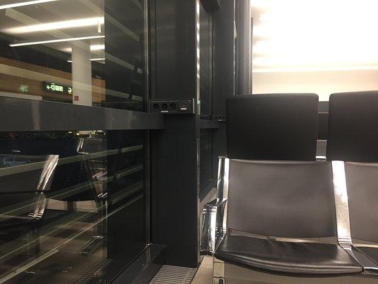 Austrian Airlines: Нерабочие розетки в терминале D, нет возможности зарядить телефон