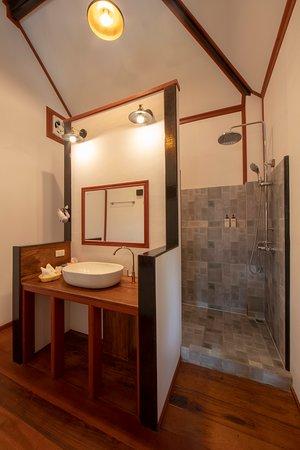 Deluxe Comfort Bungalow Bathroom