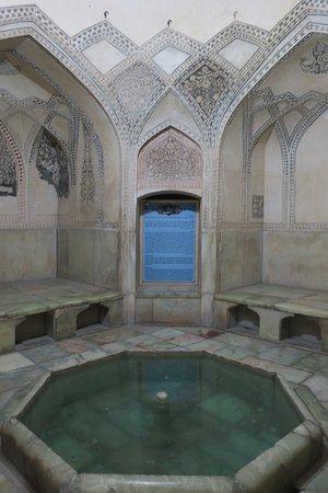 内部には昔のお風呂の跡なども見学できます。