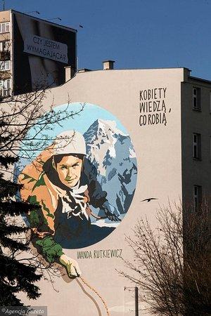 """""""Wysokie Obcasy"""" tworzą szlak murali portretujących wyjątkowe kobiety, które zmieniły historię regionu, Polski czy świata. Mural z wizerunkiem Wandy Rutkiewicz, autorstwa Marty Frej powstał w ramach akcji """"Kobiety na mury"""" we Wrocławiu przy pl. Legionów 4a.  Więcej o szlaku muralowym """"Wysokich Obcasów"""" na stronie: wysokieobcasy.pl/kobietynamury"""