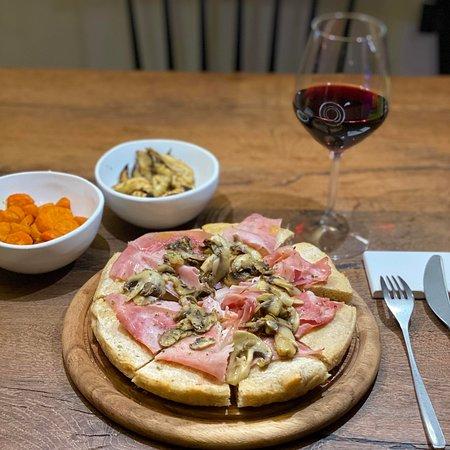 Pizza Healtyfood con impasto 100% farro senza latticini e a basso contenuto di glutine.