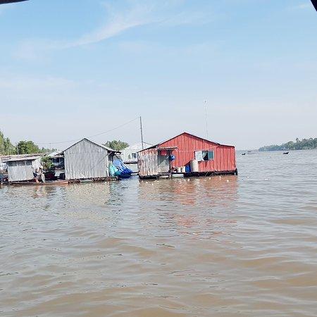 Thuê tàu tham quan làng bè. Làng chăm dệt thổ cẩm nhà sàn. Chợ nổi trên sông