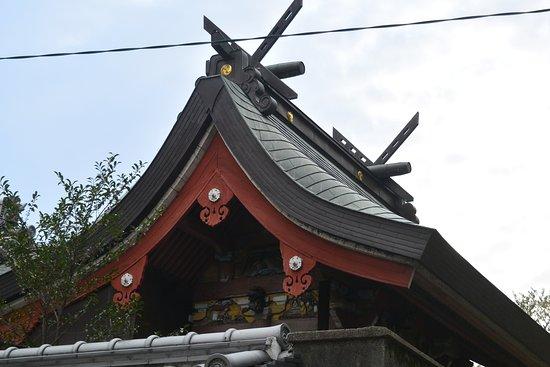 屋根の下、奥まったところに彫刻が施してあります。