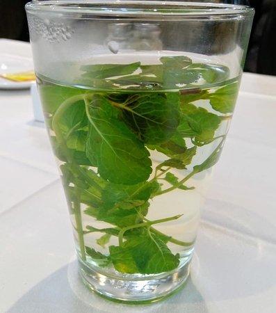 Марокканский чай с мятой, отлично помогает перевариванию обильной и вкусной еды. Воды было больше, отпила немного прежде чем сообразила сфотографировать )))