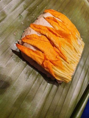 Cours de cuisine mexicain authentique et visite du marché : Zucchini blossom tamale ready for wrapping