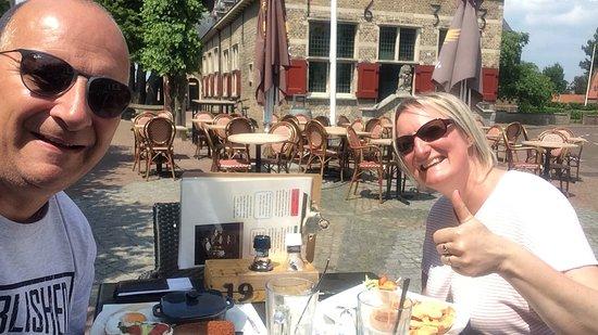 In de zomer lekker in de zon op het terras. Voor 10 euro pp kun je prima lunchen.