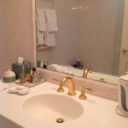 Queen bedroom with attached Harbour view bathroom with full tub, shower, heated towel warmer, complimentary bathroom amenities, ample towels and bath robes. Tea kettle.