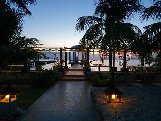 Остров Бунакен, Индонезия: uitzicht vanaf het zwembad. Een fantastische zonsondergang is te zien aan het einde van het koepeltje