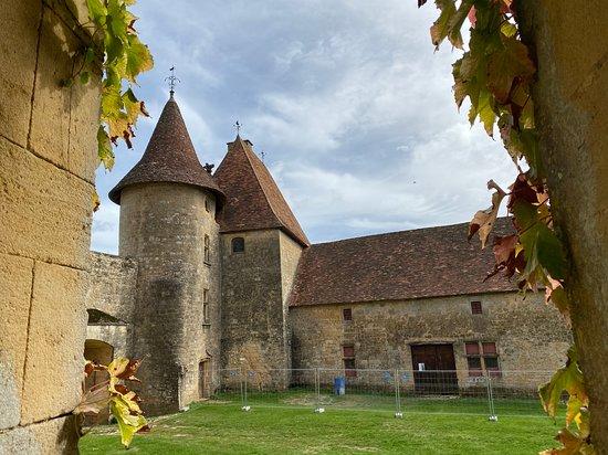 Biron, צרפת: Barn which is being restored