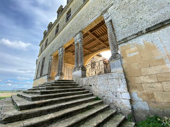 Biron, צרפת: Beautiful staircase to courtyard