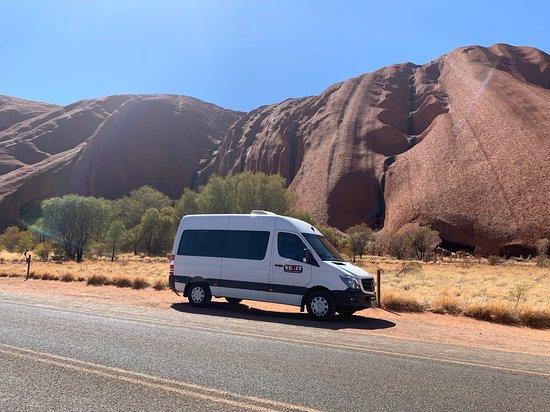 Balade à Uluru au lever du soleil comprenant le petit-déjeuner : SEIT minibus at tour starting point.