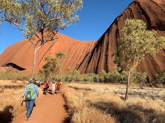 Balade à Uluru au lever du soleil comprenant le petit-déjeuner : walking around in Uluru (note ground =sand so flat soled shoes/stockman boots  are ok here.