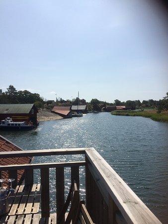Harstena, Suecia: Utsikt från Loftets ena balkong.  Härlig atmosfär när man intager sin lunch eller  kvällsmåltid.