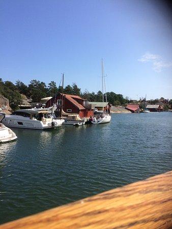 Harstena, Suecia: Restaurangen och den lilla besökshamnen.